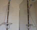 Douche avec cloison de type miroir.
