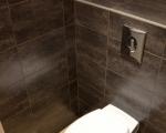 Toilettes avec carrelage décoratif.