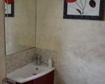 Lavabo avec miroir dans les toilettes.